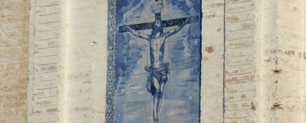 Dentro de la línea de conservación del patrimonio de la Hermandad que sigue la Junta de Gobierno, se ha acordado intervenir sobre el emblemático azulejo de la imagen del Santísimo Cristo de las Misericordias, que se puede contemplar en la Plaza de la Alianza de nuestra ciudad.