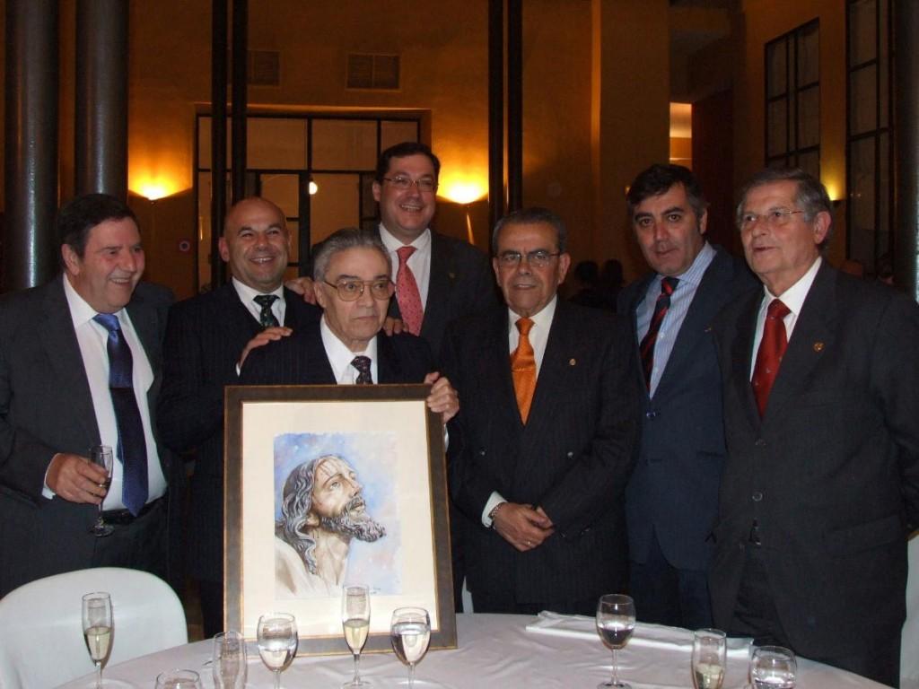 Guillermo Carmona, en el centro, durante la cena celebrada con motivo de la terminación de su labor como Hermano Mayor