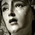 La iglesia aparece oscura y calma. Tan solo un racimo de luces sobre velas rojas colocadas como estrellas en un firmamento profundo y oscuro aclara el centro del altar. En medio de todo ello una aureola resplandeciente alberga el auténtico Cuerpo de Cristo, del que parten estelas que parecen aspirar a traspasar los muros y diseminarse por el mundo para, de nuestra mano, no tener fin.