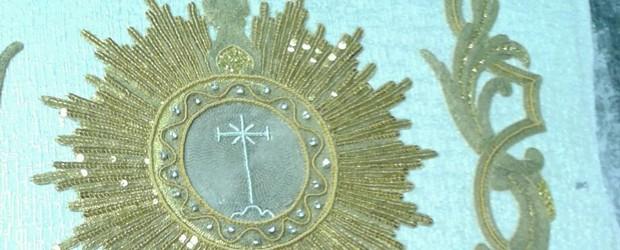 En el taller de Francisco Carrera Iglesias, se está llevando a cabo la restauración del Simpecado Sacramental que posee la Hermandad procedente de la Sacramental de Santa Cruz con la que nos fusionamos en los años sesenta. La pieza estará terminada, D.m., para finales del presente mes de octubre.